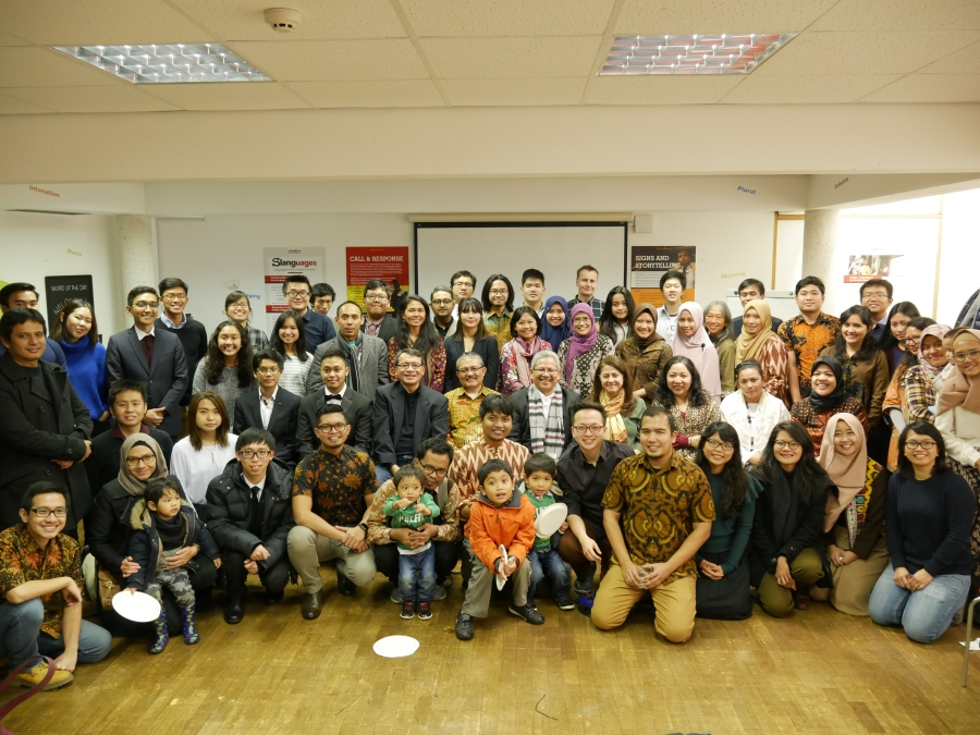 08 - Foto Bersama Keluarga PPI Oxford dan Pak Dubes.JPG
